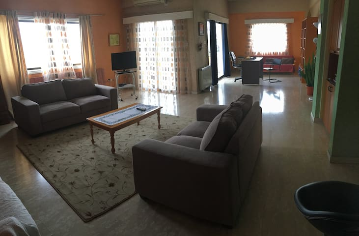 Huge 3 bedroom apartment in Larnaca Center - Larnaca - Huis