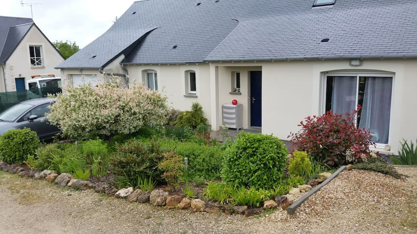 Room Located next to the motorway exit (10 min) - Monnaie - House