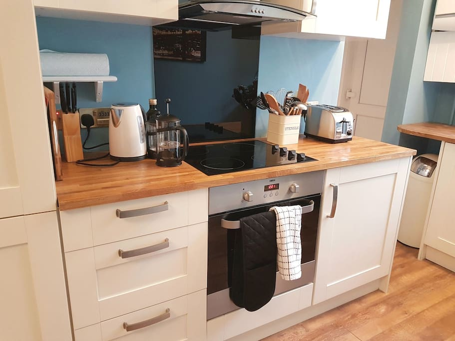 Kitchen worktop and oven