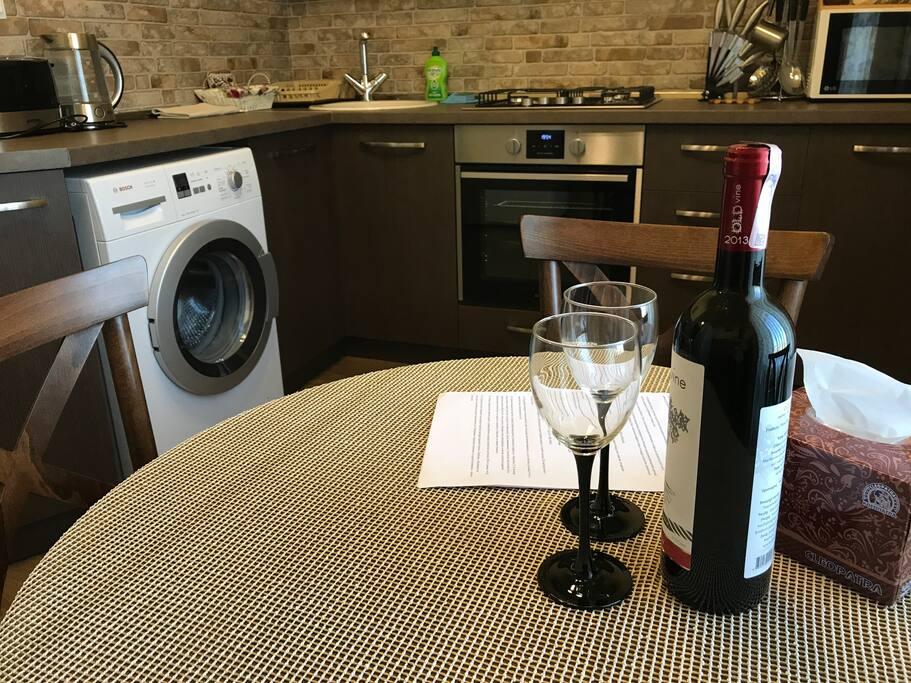 Бутылка вкусного армянского вина (комплимент).
