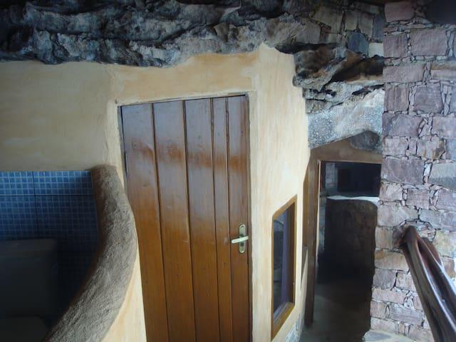 Entrada do segundo quarto com esq. parede do segundo banheiro.