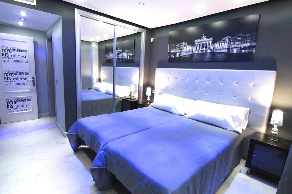 segundo dormitorio con vistas a la piscina y baño en suite,iluminación espectacular