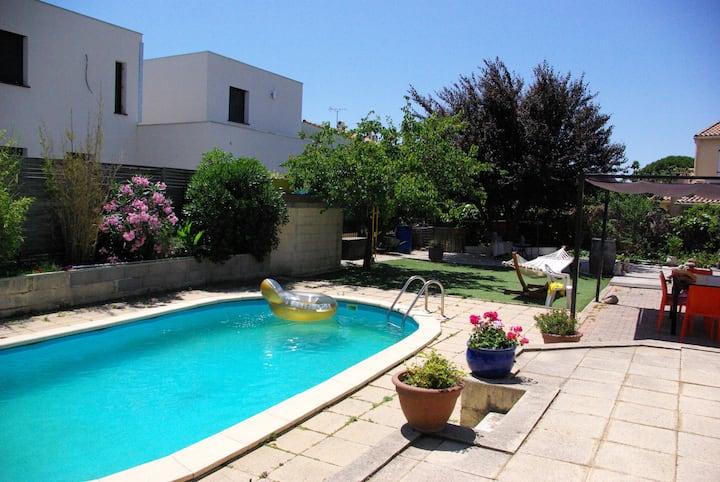 villa calme avec piscine, proche de la mer.
