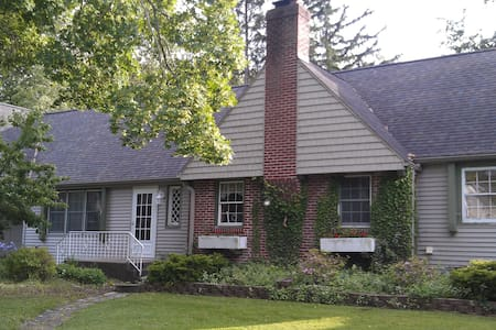 Charming Cottage - Private Beach - Benton Harbor - Hus