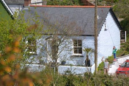 Peaceful fishing village cottage on SW Coast Path