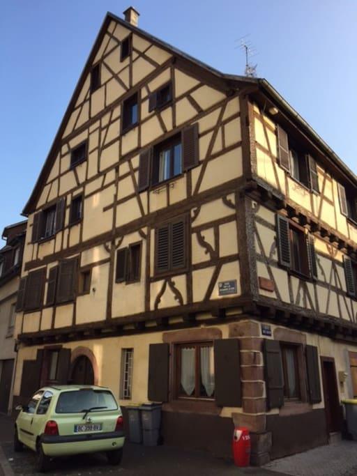 Maison alsacienne de 300 ans, classée bâtiment de France. La décoration est moderne mais respecte l'âme de la maison avec ses poutres apparentes.