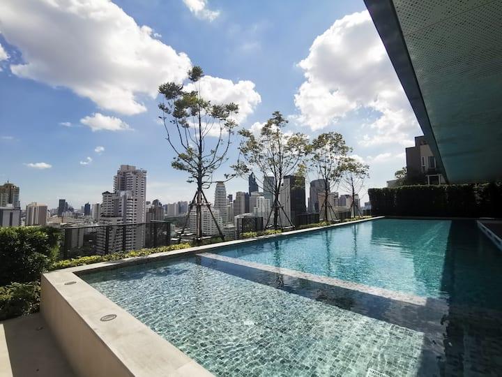 曼谷网红地段/全新设计楼盘/高层精装景观公寓房/免费使用网红游泳池/健身房/空中花园/便利的周边设施