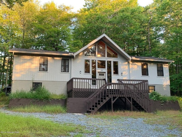 NEW Spacious Rustic Mountain Ranch with Hot Tub!!!