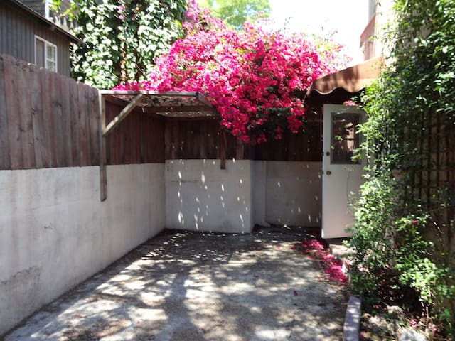 Cozy 2 bdrm Lower Hollywood Hills - Hollywood, Los Angeles - Andre