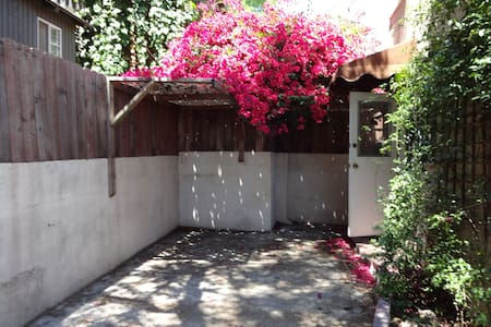 Cozy 2 bdrm Lower Hollywood Hills - Los Angeles