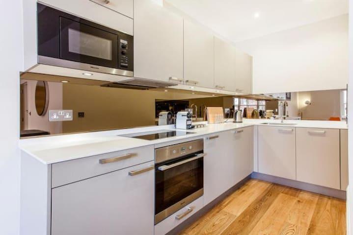 Amazing 1 Bed Flat in Heart of Soho Sleeps 3 - Londen - Appartement
