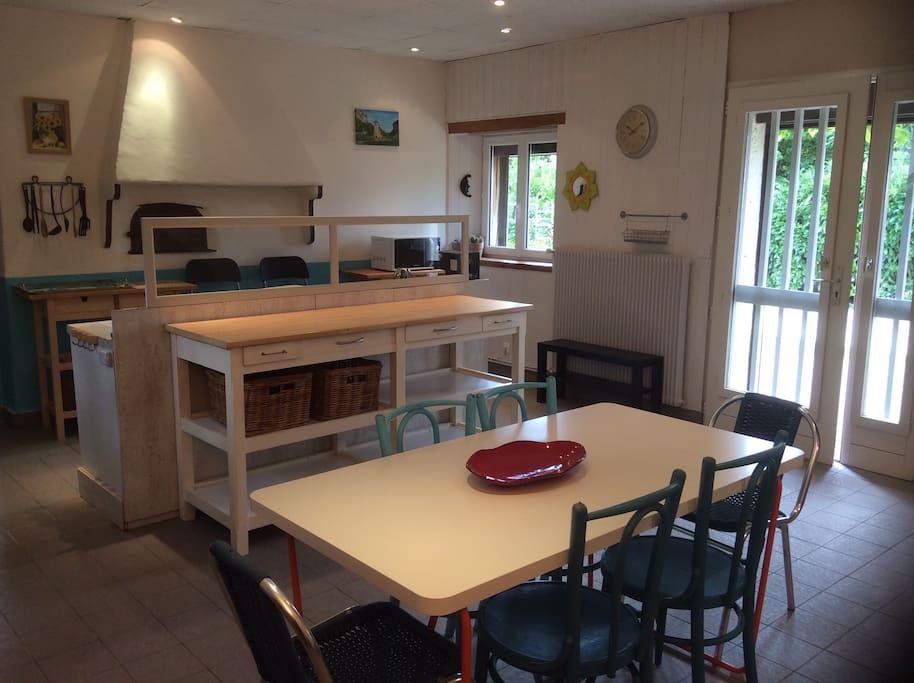 La cuisine / salle à manger est très fonctionnelle avec de nombreux rangements et divers équipements. Du café et du thé vous y attendent. Elle est spacieuse et donne directement sur la terrasse coin repas extérieure.