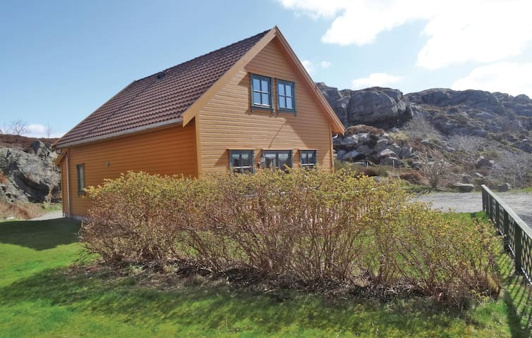 Holiday cottage with 4 bedrooms on 130 m² N17999