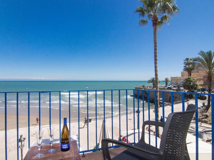 SUNBEAM Romantic beach front apartment in Sitges.