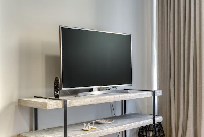 "43"" LG smart TV, Netflix provided"