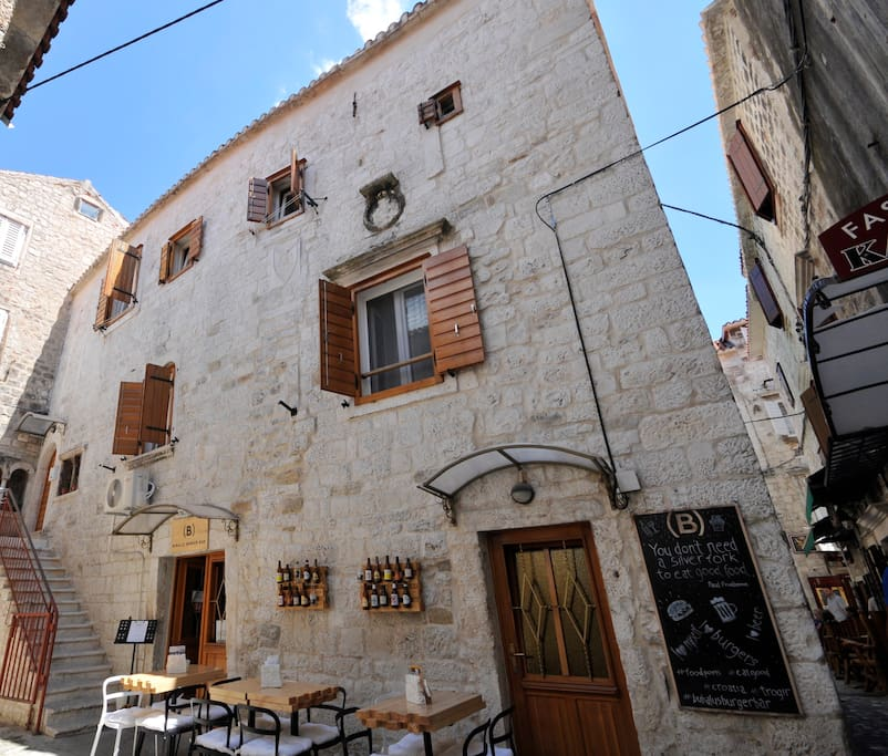 """Location of """"Sinjorina Apartment' in the heart of Trogir's historical core"""