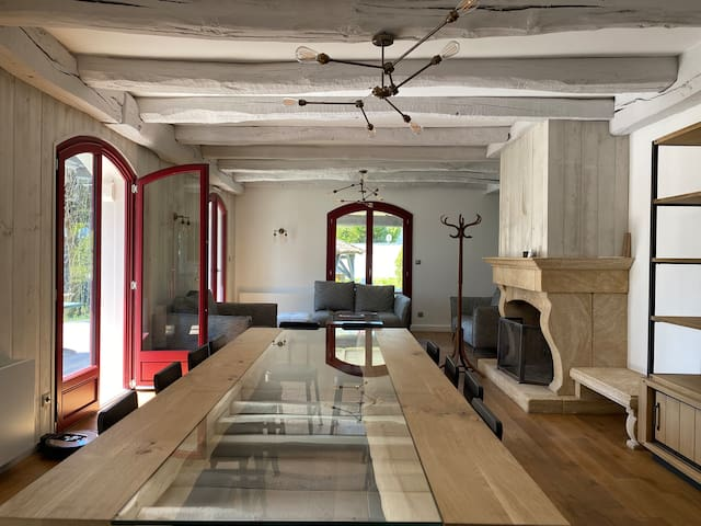 Villa design avec piscine, tennis, billard, parc.