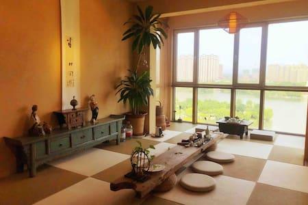 俯瞰东湖全景中式古典美宿。喝茶、观湖、发呆、插花、用餐、聚会等,喧哗城市中的一抹宁静。