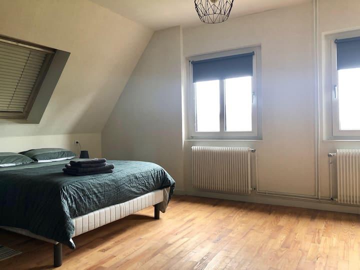 Grande chambre privée pour deux  dans une maison