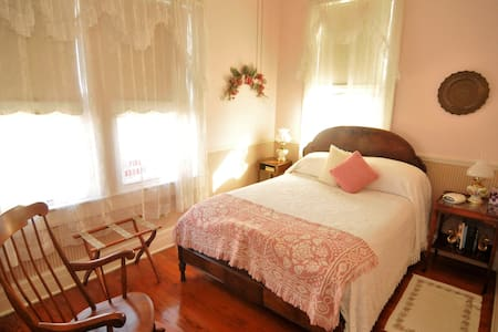 Grey Swan Pink Lady w/Vintage decor, Bkfast incl - Blackstone - Bed & Breakfast