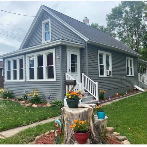 Cozy getaway 1 mile from downtown and UWO campus!