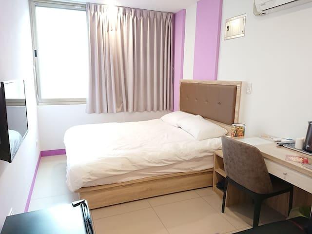 305藝之宿--大窗戶3樓舒適套房、獨立衛浴、自助密碼鎖、雙人床、近民權西路MRT、免費Wi-fi