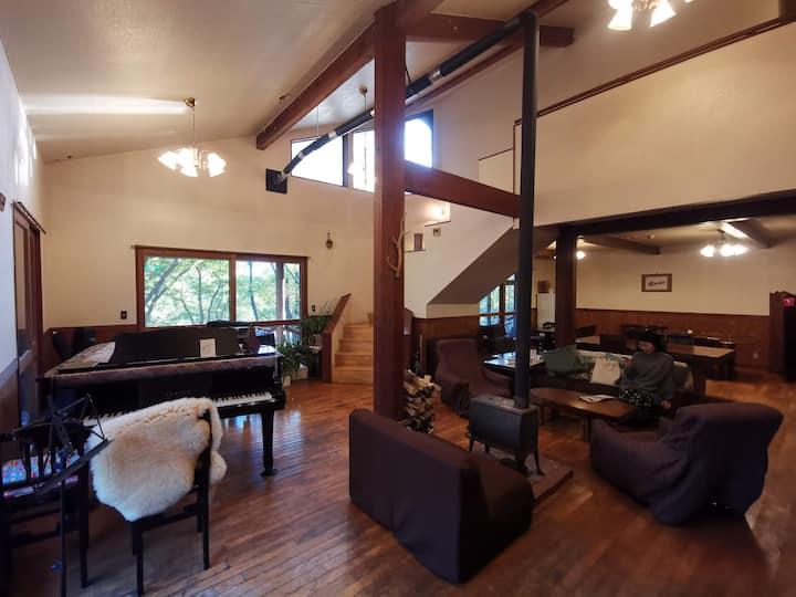 森の中の一軒家ゲストハウスの個室  森の四季(こぶしの間)