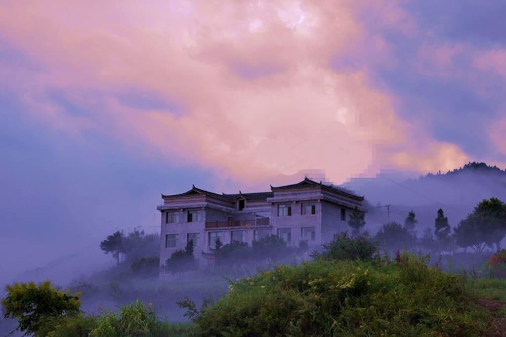 烟雨蒙蒙中的嗡尼呗丽全景