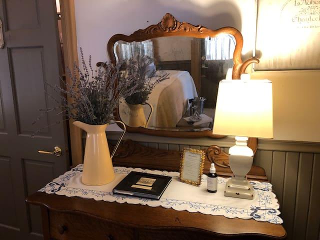 Historic Hull House Inn Ms. Ella's Chamber