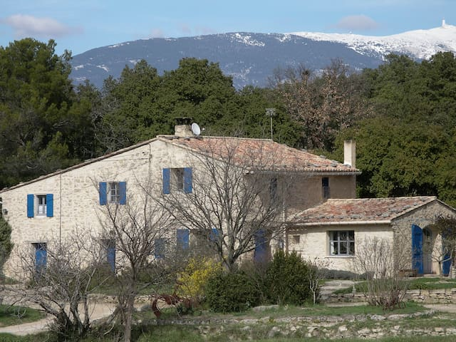 un mas de caractère ancienne ferme  (l'appartement est situé sur la gauche à l'arrière de la maison - fenêtre gauche celle de la chambre. 3 hectares de terrain ...