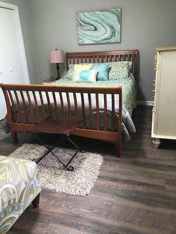 separate bedroom, queen bed