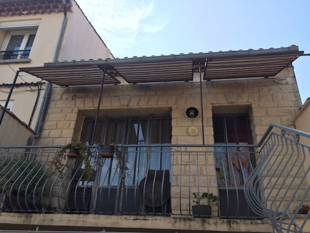 Charming studio flat with balcony - Carpentras - Lägenhet