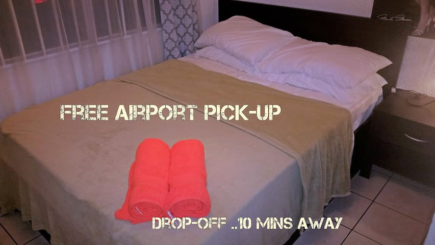 FREE pick up and drop off AIRPORT 10mins away - Alajuela - House