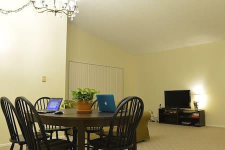 美丽的核桃独立屋,有车位免费提供,舒适的房间。免费网络。欢迎入住 - Walnut - Casa