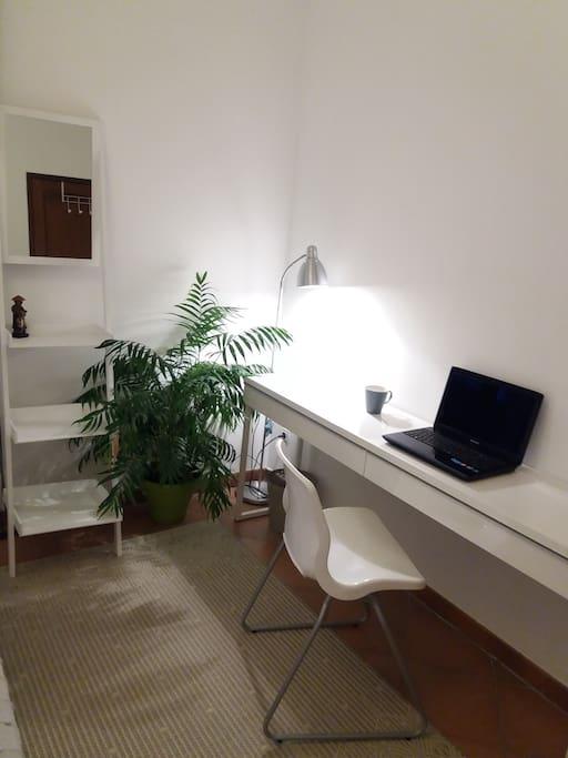 Un espace bureau avec wifi