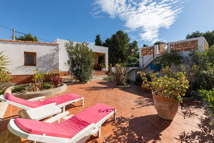 Air-conditioned Holiday Home with Pool, Terrace and Wi-Fi, Pets are allowed