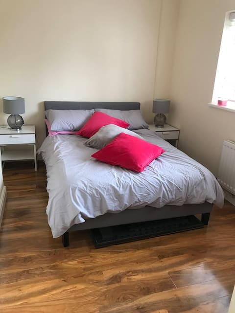 Bright, double room with own bathroom and parking