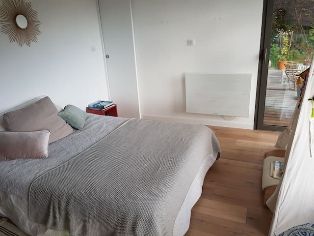 1er étage, chambre n°2,  1 lit double, accès balcon. Vue lac
