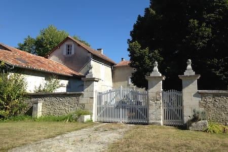 Proche Lusignac, maison familiale (19 p) au calme