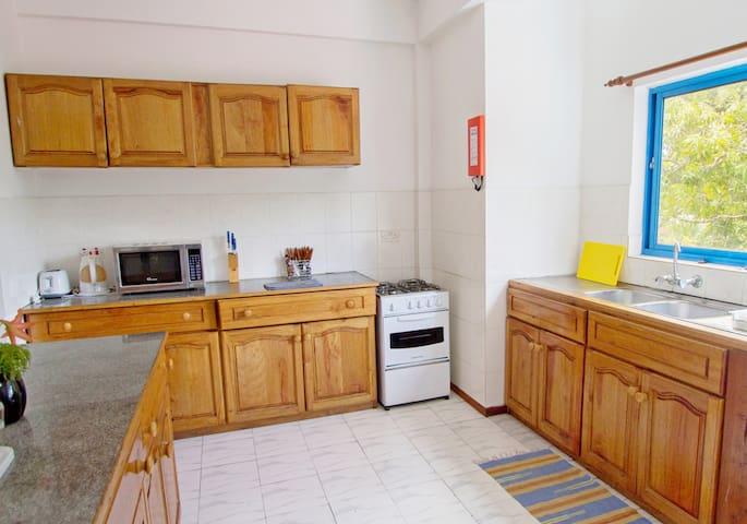 Shared bathroom twin room near Beau Vallon beach - Beau Vallon - Apartment