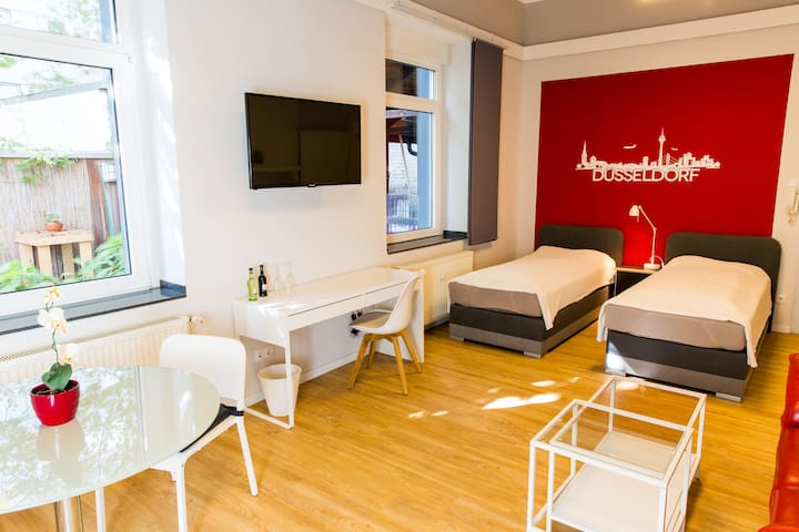 Top equipped city apartment with small garden - Düsseldorf - Apartemen