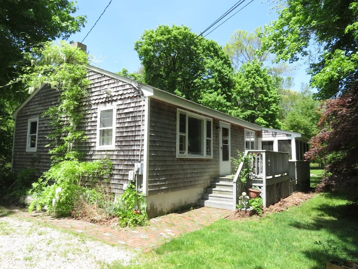 Charming 2 Bedroom Cottage w/Porch  - Jamestown