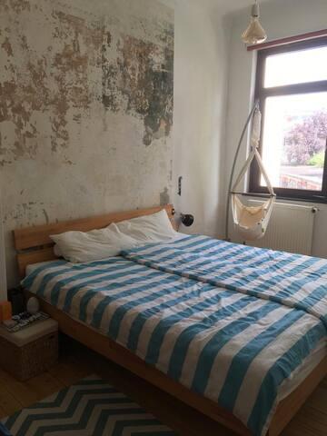Das gemütlich eingerichtete Schlafzimmer mit Familienbett (1,80m x 2m) ist nach Hinten raus, sodass ruhige Nächte garantiert sind