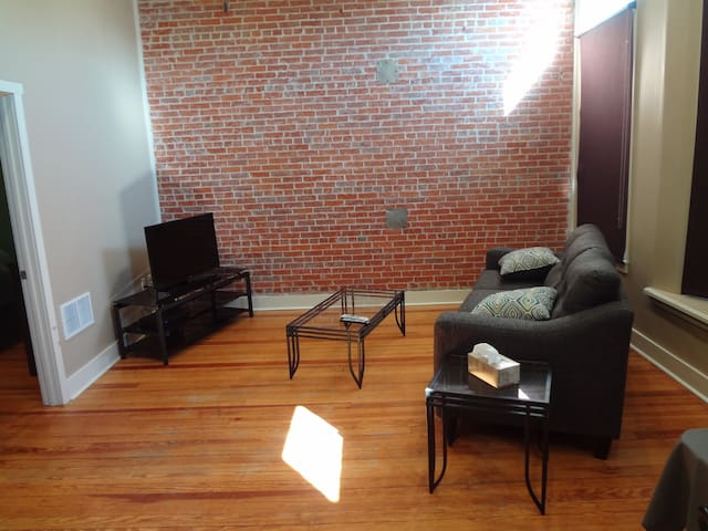 Downtown - Main Street Apartment - Remodeled - West Point - Appartement