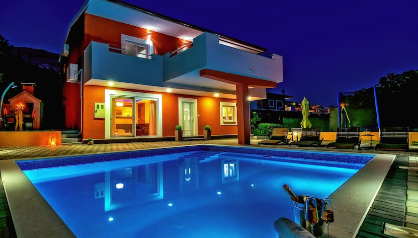 Luxury & modern Villa,private pool,near Split