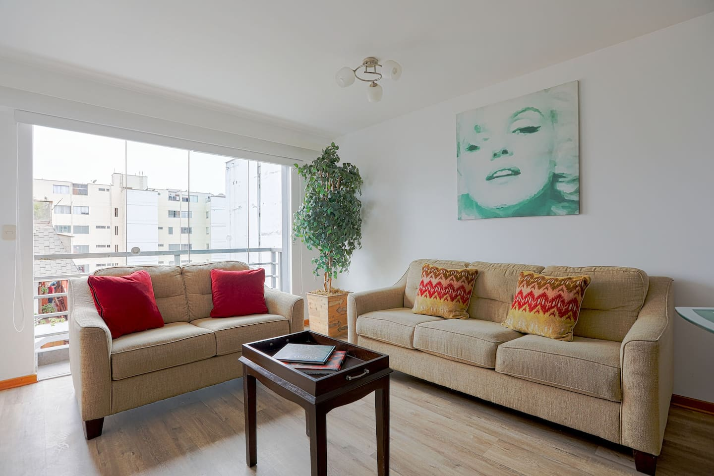 Amplia sala de estar con vistas a la calle