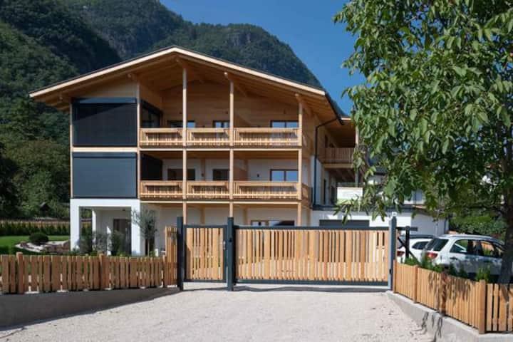 Nagelneue Wohnung im modernen Naturbaustil