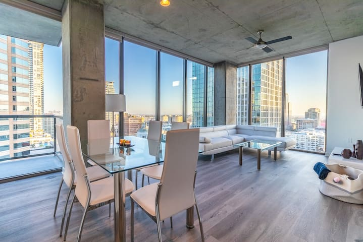 Luxury apartment the best Downtown views!