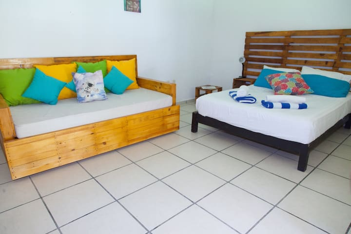 Bedroom 6 (1 Queen size bed, 2 single beds and private bathroom).