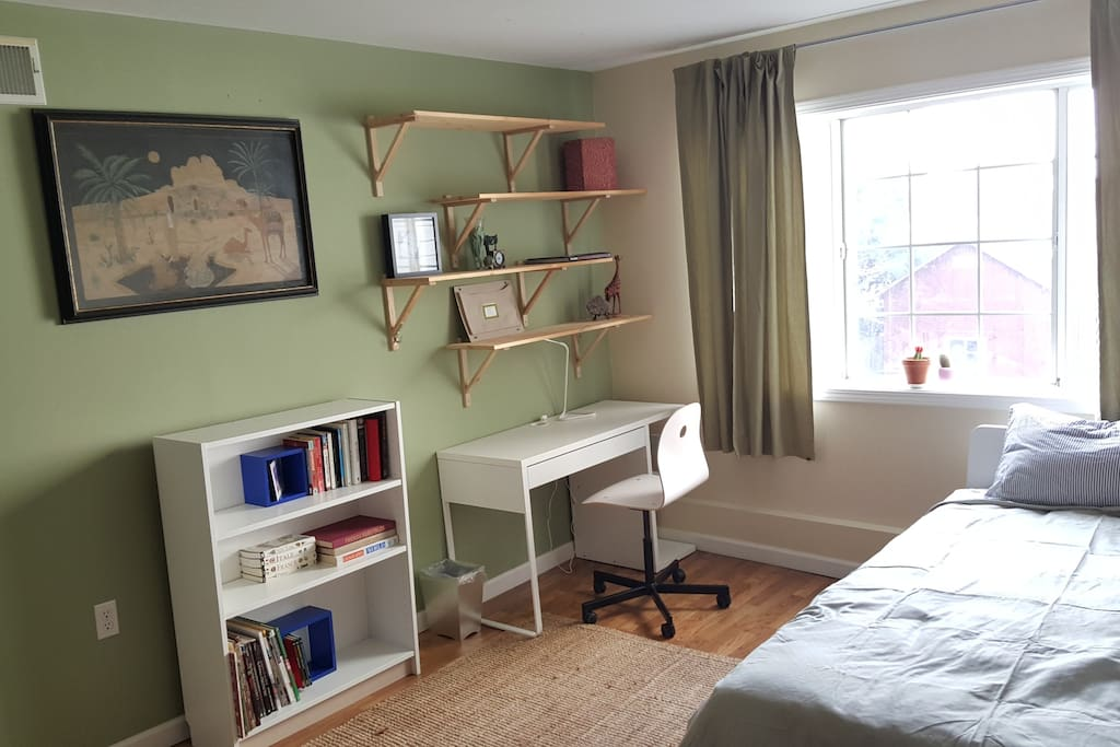 Bright spacious room. view of garden, place to work